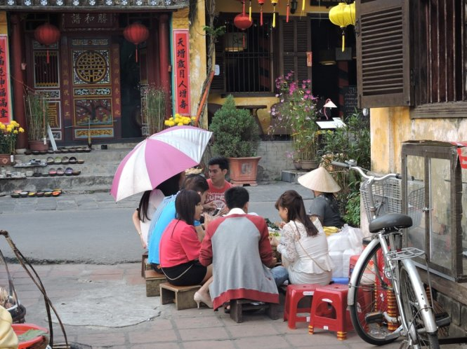 People enjoy snacks in Hoi An. Photo: Tuoi Tre