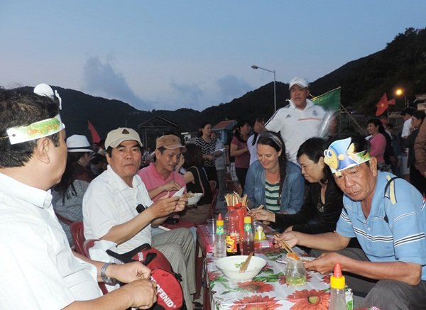 "Tourists enjoy delicacies at the cuisine section of the ""Dem Cu Lao"" (Islands Night) program on Cham Islands off Hoi An City on March 6, 2015. Photo: Tuoi Tre"