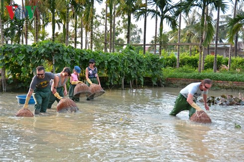 Farmer tourist guides in Quang Ninh province-2
