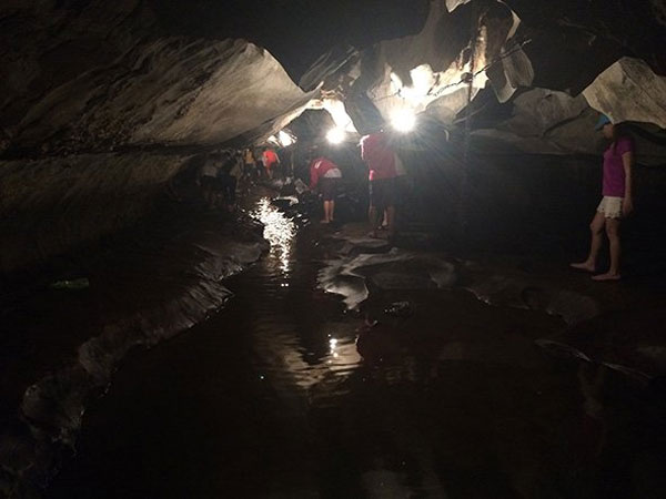 Tourists have to bow down to enter Nuoc Cave – Photos: Kieu Giang